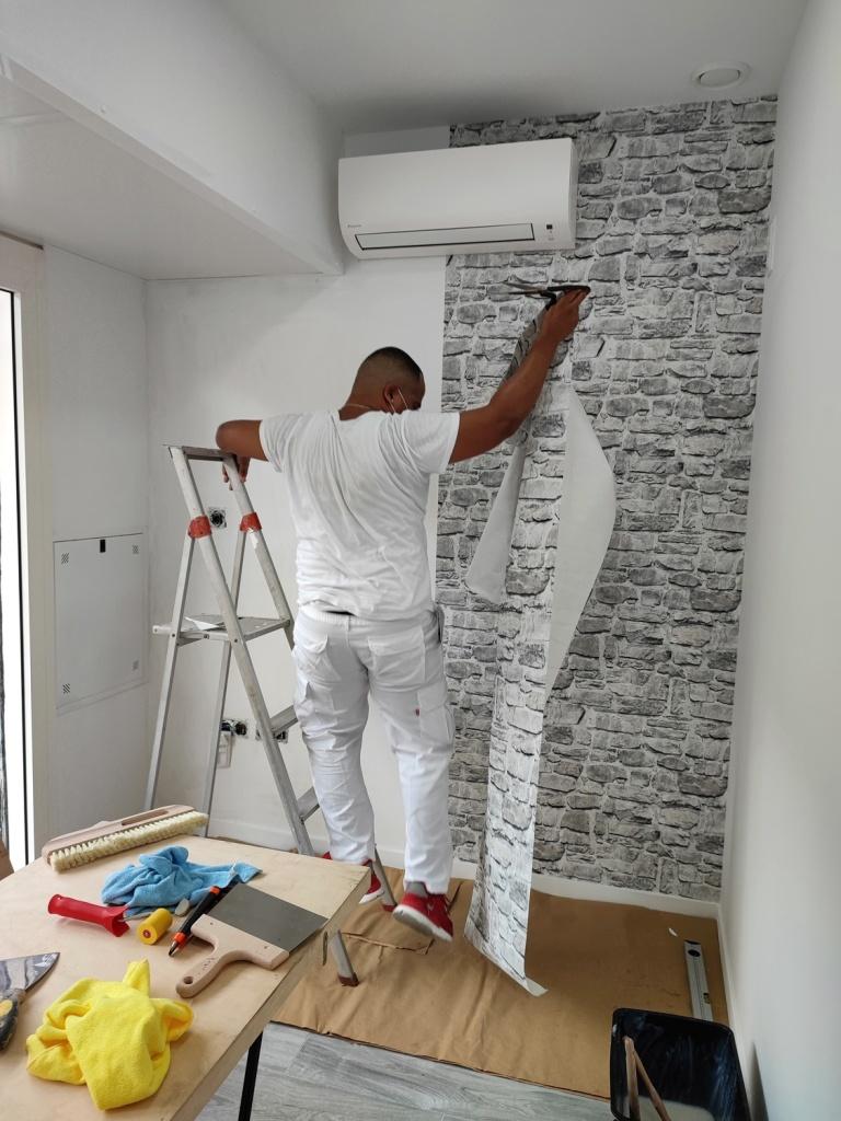Instalación papel pintado en la pared del aire acondicionado