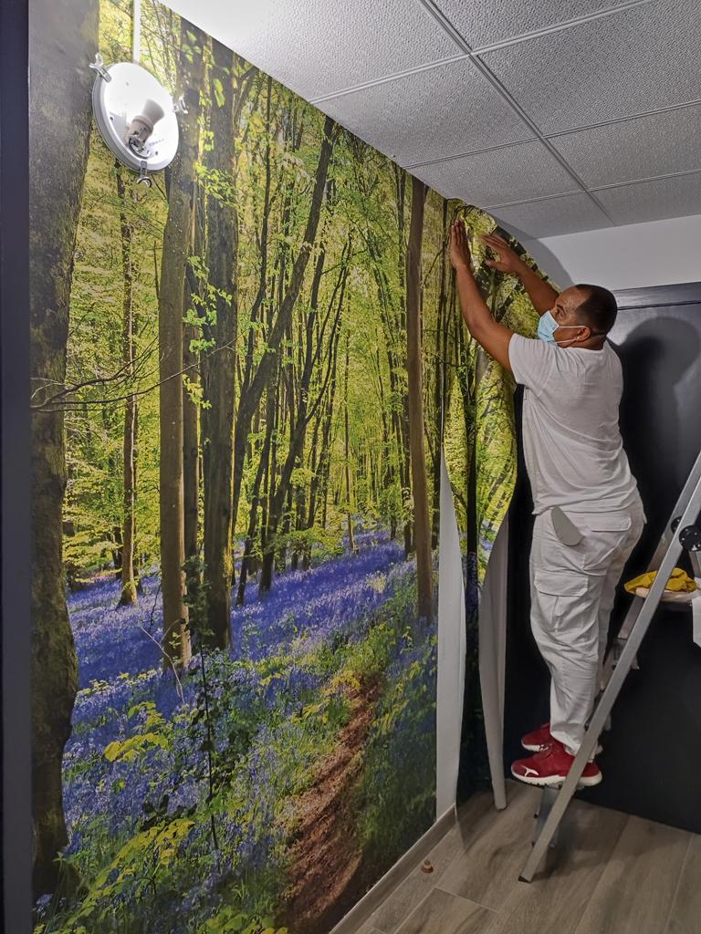 Empapelador Barcelona , Colocando un mural de bosque en recibidor